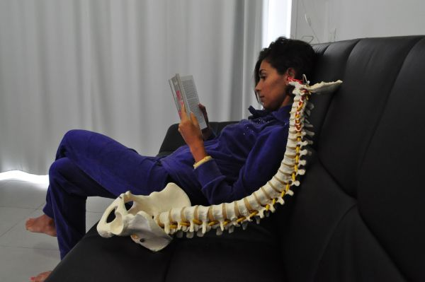 Mal di schiena cervicale colonna vertebrale - Posizioni sul divano ...